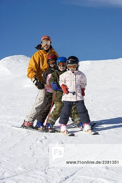 Mutter Skifahren mit Kindern