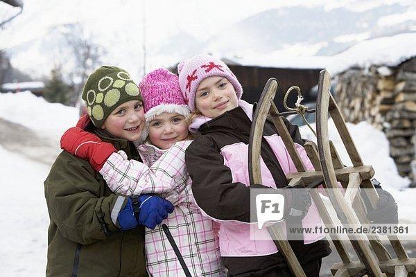 Kinderporträt mit Schlitten