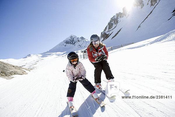 Mutter und Tochter beim Skifahren