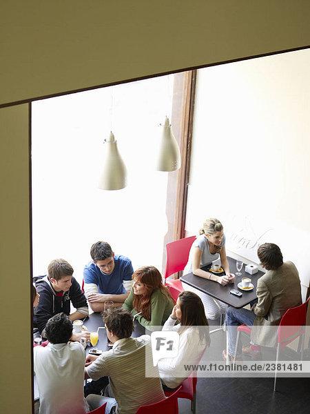Gruppe von Jugendlichen im Café