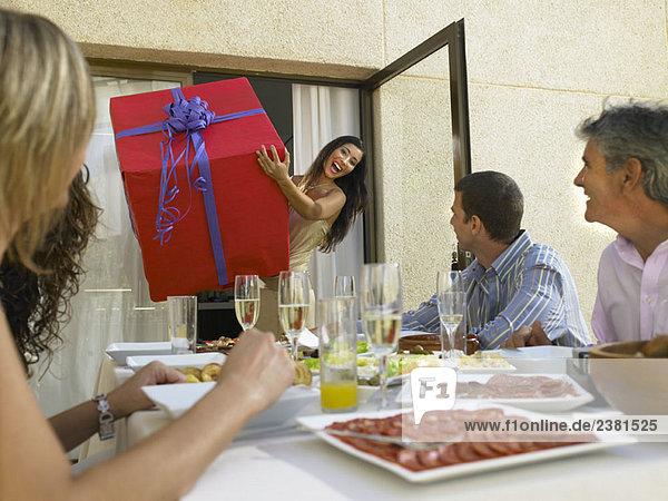 Anreise mit Geschenken zur Party