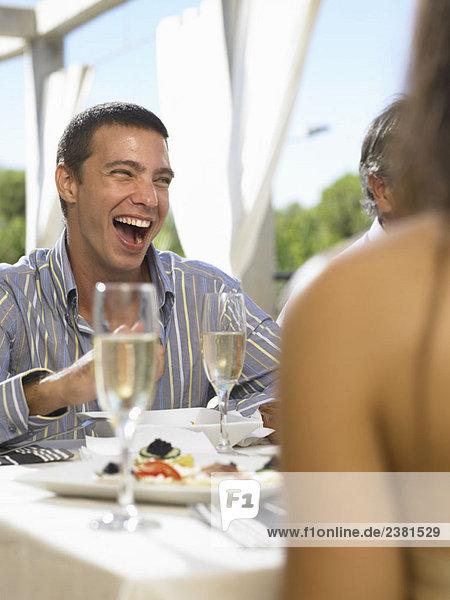 Männlich lachend auf der Party
