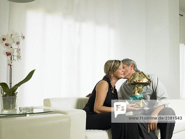 Mann küsst Frau auf die Wange