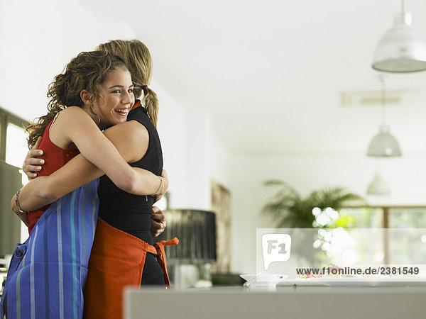 Mutter und Tochter umarmend