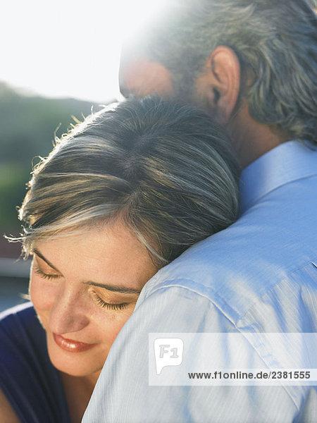 Reifer Mann umarmt reife Frau