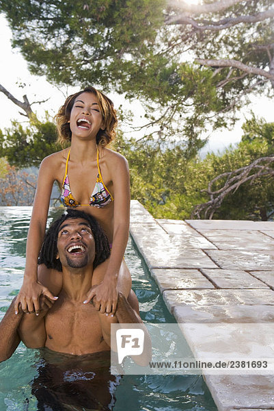 Junger Mann und Frau im Pool
