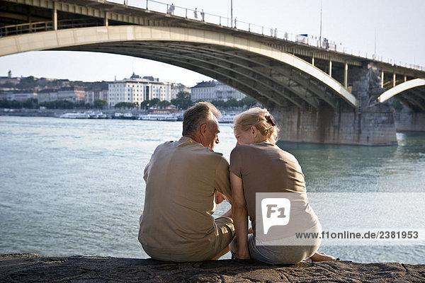 Paar am Flussufer