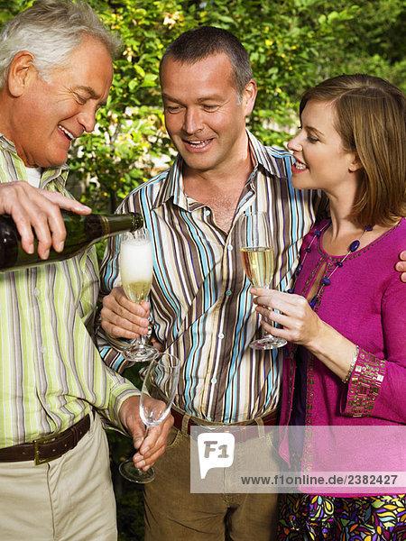 Senior Mann beim Champagnergießen