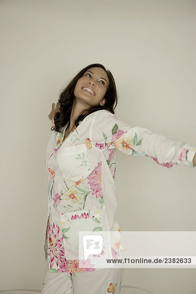 Porträt einer Frau im Pyjama