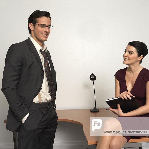 Mann und Frau im Amt  lächelnd