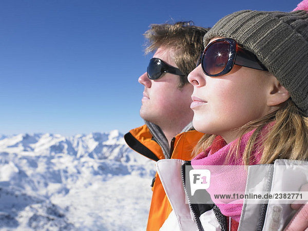 Paar genießt die Sonne in den Bergen