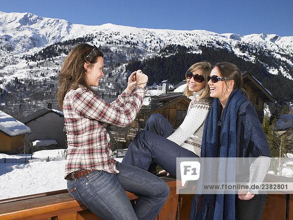 Junge Frauen  die sich gegenseitig fotografieren