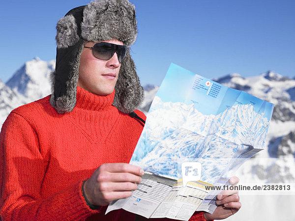 Junger Mann schaut auf die Karte
