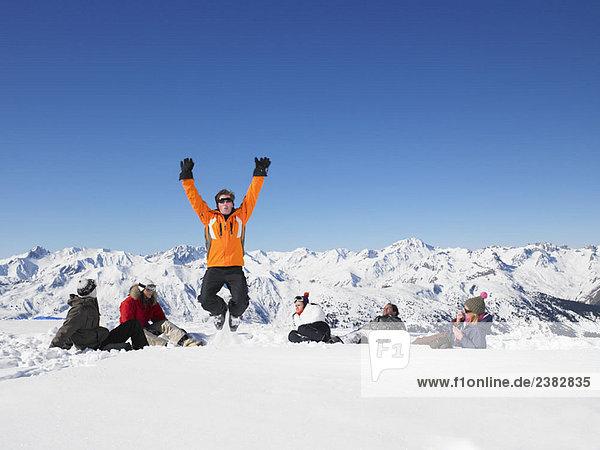 Mann springt im Schnee