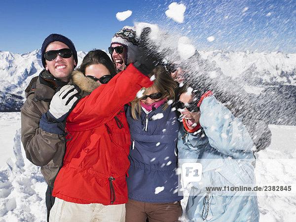 Schneeballschlaggruppe auf dem Berggipfel
