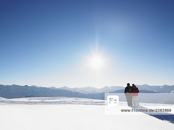 Paar Wandern im Schnee auf dem Berggipfel