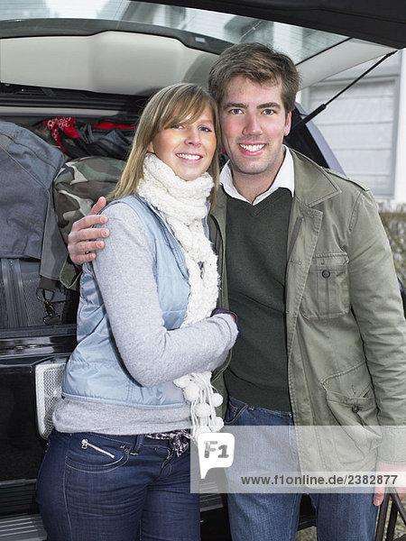 Paar vor gepacktem Auto