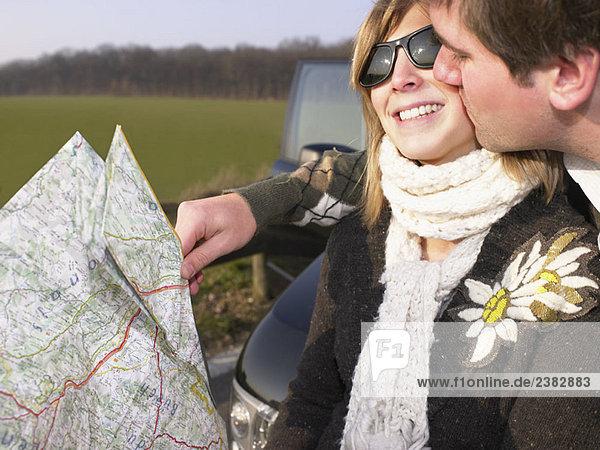 Ein Paar schaut auf die Karte