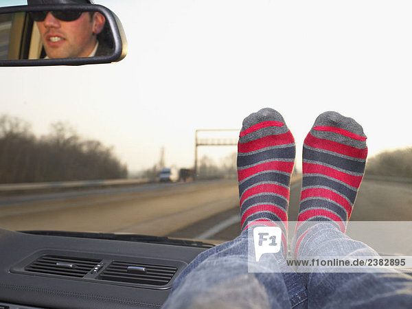 Füße auf dem Armaturenbrett