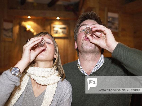 Paar mit Aufnahmen im Restaurant