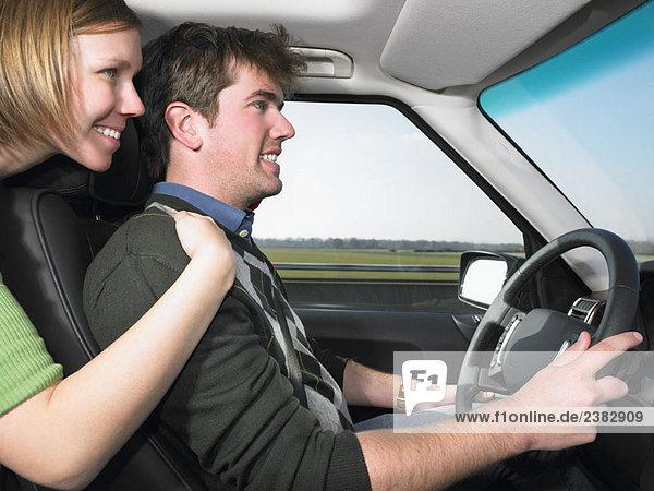 Junge Frau umarmt den Fahrer