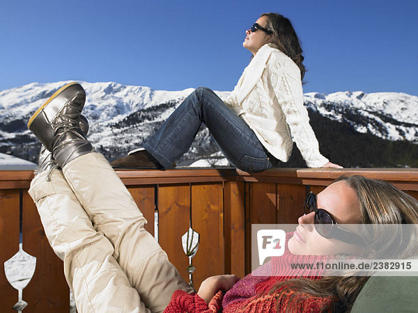Junge Frauen genießen die Sonne in den Bergen