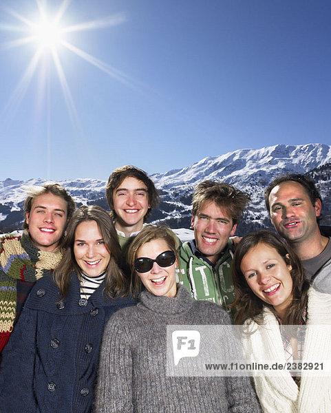 Lächelnde Gruppe in den Bergen