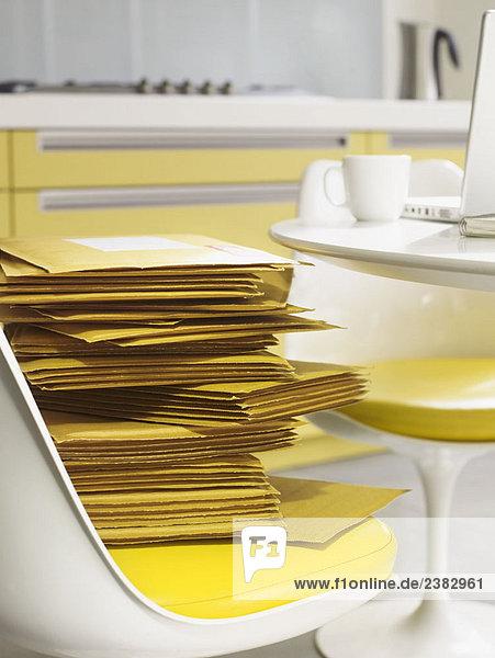 Stapel von Umschlägen in der Küche