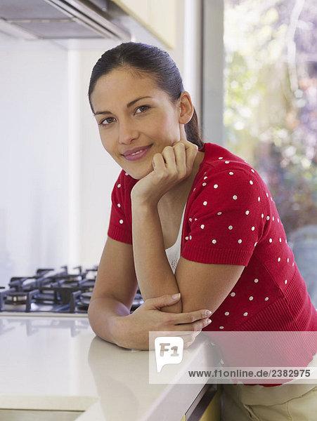 Porträt einer jungen Frau in der Küche