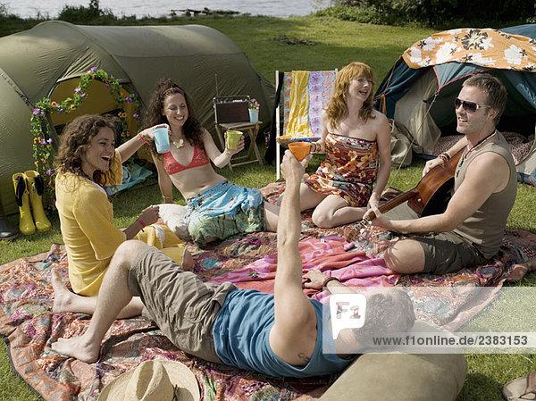 Fünf Personen auf Decken im Zeltlager