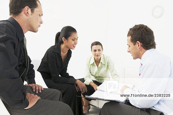 Vier Personen im Büro treffen sich
