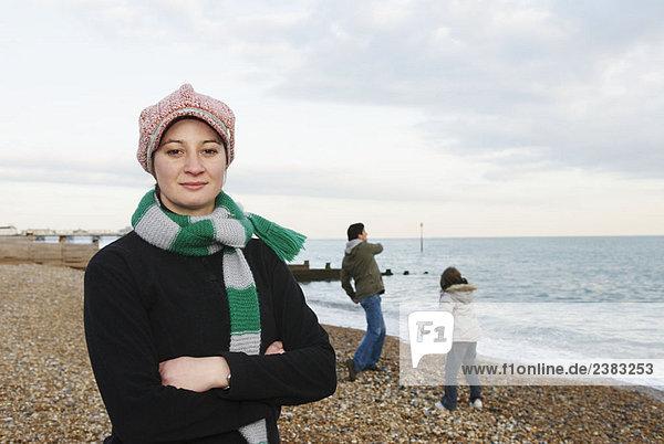 Frau am Strand  schaut zur Kamera