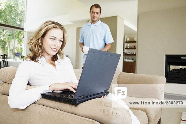 Paar zu Hause mit Laptop