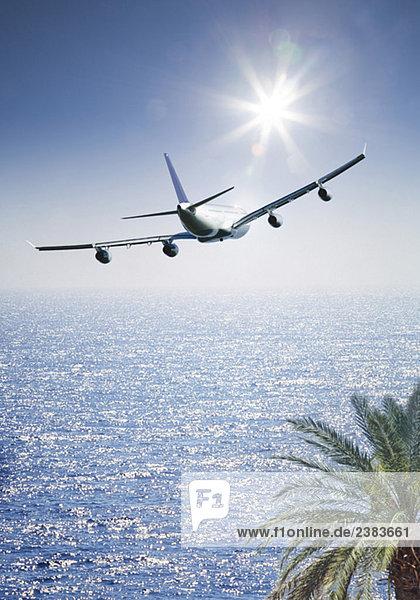 Flugzeug überfliegt Ozean Flugzeug überfliegt Ozean