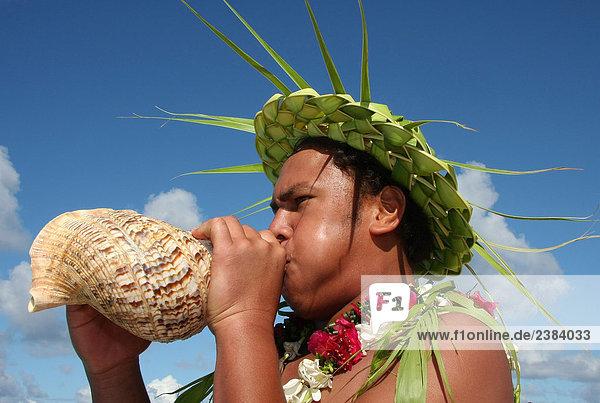 hoch oben nahe Mann blasen bläst blasend Meer Französisch-Polynesien Makemo Pazifikinsel Polynesien