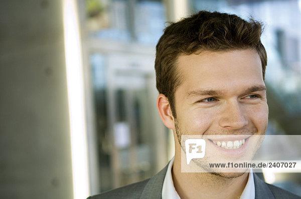 Nahaufnahme eines lächelnden Geschäftsmannes Nahaufnahme eines lächelnden Geschäftsmannes