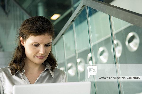 Geschäftsfrau bei der Arbeit am Laptop Geschäftsfrau bei der Arbeit am Laptop