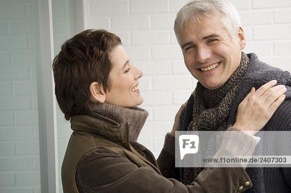 Ein reifer Mann und eine erwachsene Frau  die lächelt.