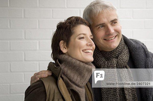 Nahaufnahme eines reifen Mannes und einer mittleren erwachsenen Frau lächelnd