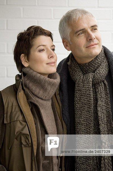 Nahaufnahme eines reifen Mannes und einer mittleren erwachsenen Frau  die zusammen stehen.