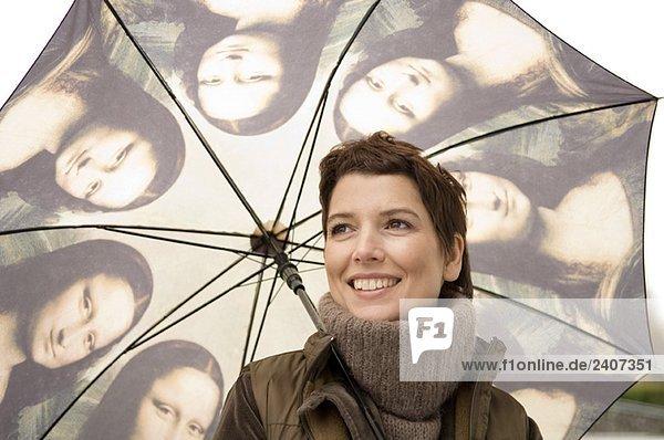 Nahaufnahme einer mittleren erwachsenen Frau mit Regenschirm