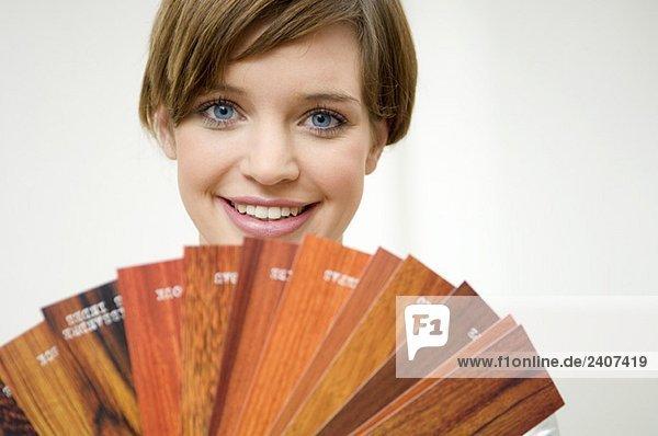 Porträt einer jungen Frau mit laminierten Platten
