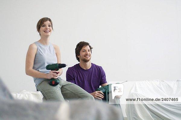 Mittlerer erwachsener Mann und eine junge Frau mit Übungen
