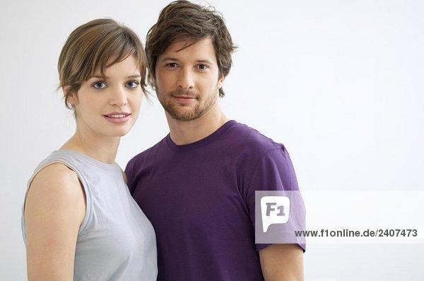 Porträt eines mittelgroßen Mannes und einer jungen Frau lächelnd