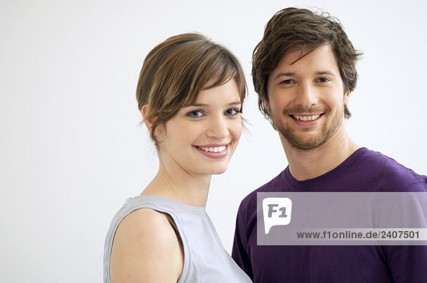 Porträt eines mittelgroßen Mannes und einer jungen Frau lächelnd Porträt eines mittelgroßen Mannes und einer jungen Frau lächelnd