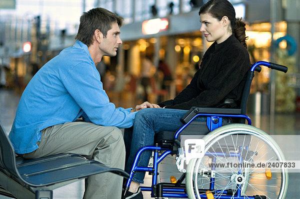 Seitenprofil eines erwachsenen Mannes im Gespräch mit einer jungen Frau