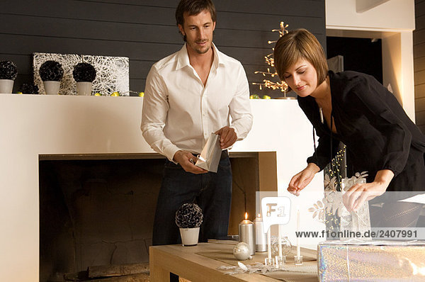 Ein erwachsener Mann und eine junge Frau feiern Weihnachten. Ein erwachsener Mann und eine junge Frau feiern Weihnachten.