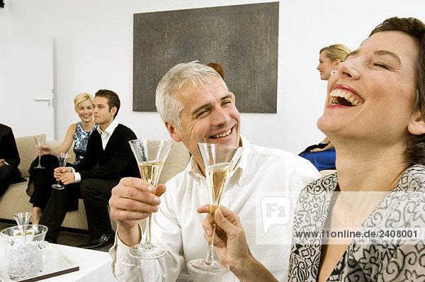 Gruppe von Leuten  die eine Party genießen
