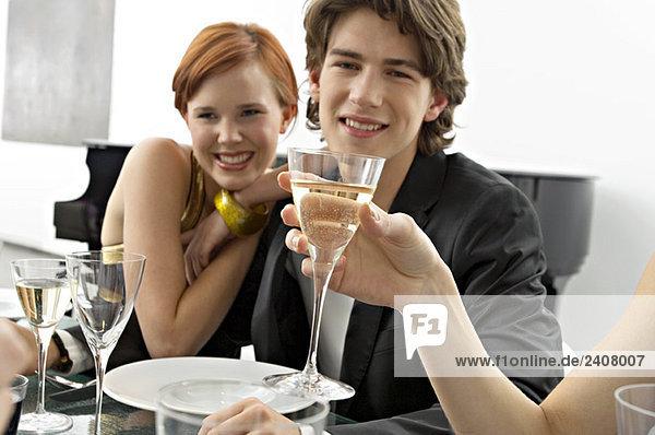 Porträt eines Teenagers mit seinen Freunden auf einer Dinnerparty