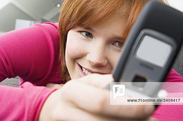 Nahaufnahme einer jungen Frau mit dem Handy